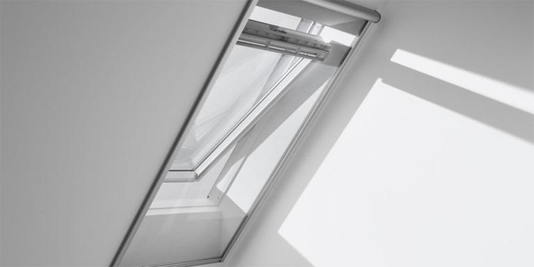 stores rideaux velux protection des regards indiscrets. Black Bedroom Furniture Sets. Home Design Ideas