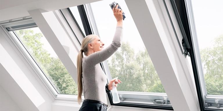 Comando e manutenzione di finestre per tetti velux for Velux shop finestre
