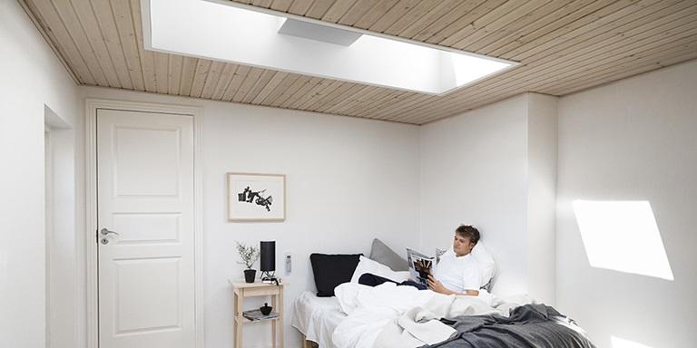 Idee per la camera da letto con le finestre per tetti velux for Finestre velux lucernari