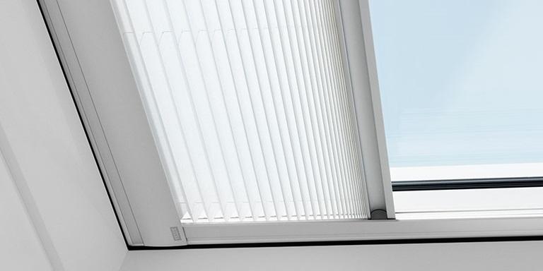 Tende plissettate per tetti piani velux luce gradevole for Piani di luce biliardo