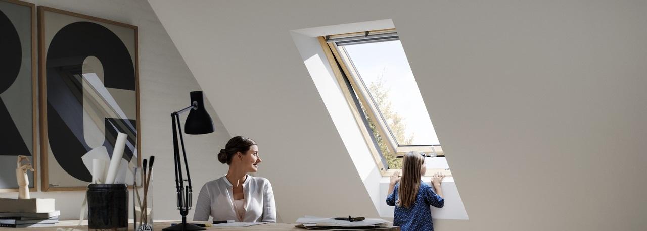 Finestre con apertura a vasistas velux vista indisturbata for Velux rivenditori
