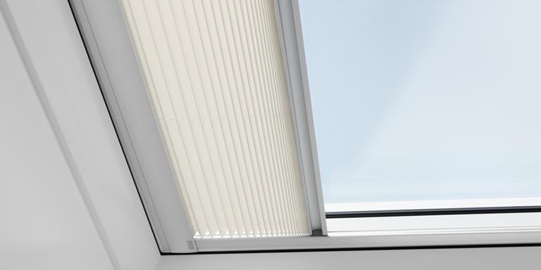 Finestre per tetti piani elettriche velux con telecomando for Velux finestre per tetti piani