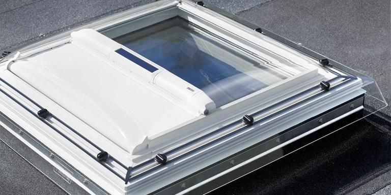 Finestre per tetti piani elettriche velux con telecomando for Finestre x tetti