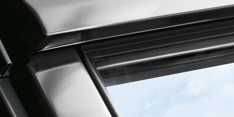 Finestre con apertura a vasistas velux vista indisturbata for Velux in alluminio