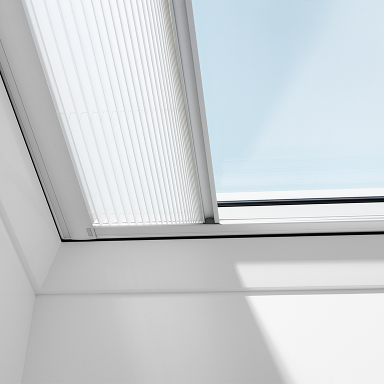 Marchisette per tetti piani velux protezione dal calore for Velux finestre per tetti piani
