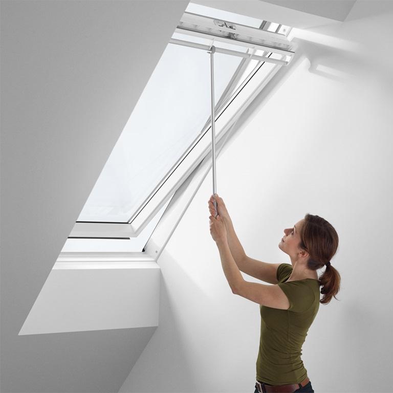 Accessori per finestre per tetti velux comando e cura for Finestre di artigiano